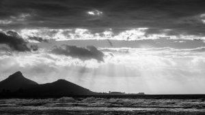 Blick auf Kapstadt, Seapoint mit Lions Head und Signal Hill von Bluebergstrand